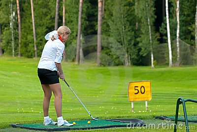 Golfista en feeld del golf Foto de archivo editorial