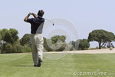 Golfista que hace el tiro del espacio abierto