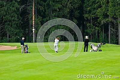 Golfistas del grupo en feeld del golf Imagen de archivo editorial