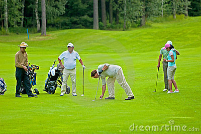 Golfistas del grupo en feeld del golf Imagen editorial