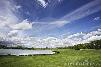 Golfplatzfahrrinne und fantastischer Himmel