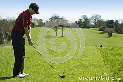 Golfspeler die weg teeing