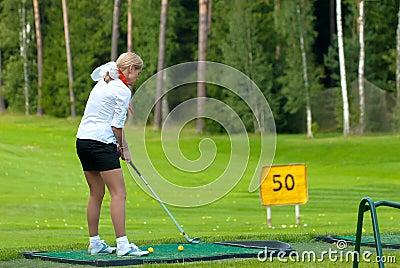 Golfspeler op golf feeld Redactionele Stock Foto