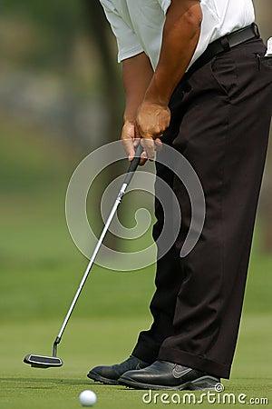 Golfspieler, der 01 setzt