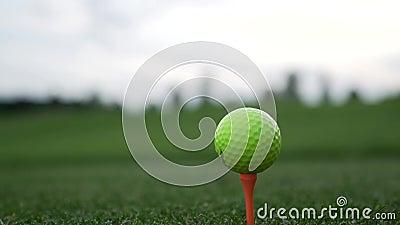 Golfspieler, der gelben Golfball auf orange T-Stück am Golfplatz setzt stock video footage