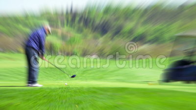 Golfspieler macht das Schlagen des Balls stock video footage