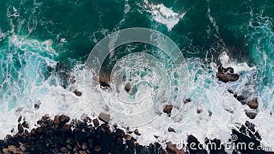 Golpeo del mar contra costa con la espuma blanca almacen de metraje de vídeo
