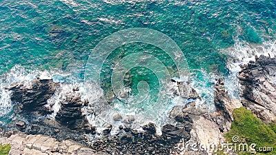 Golpeo del mar de la turquesa contra costa metrajes