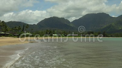 Golven die op Hanalei-Strand in Hawaï breken stock video