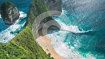 Golven die op Manta-Baai of Kelingking-Strand op het Eiland van Nusa Penida, Bali, Indonesië rollen stock videobeelden