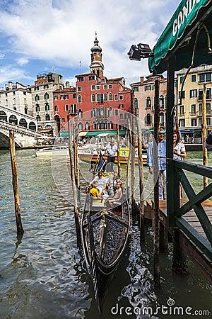 Gondel nahe der Rialto Brücke Redaktionelles Stockfotografie