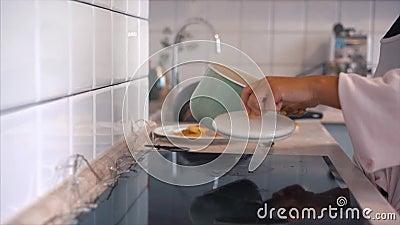 Gorący garnek i kontrpara w nowożytnej kuchni zbiory