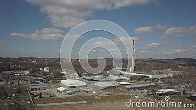 Gorlice, Polonia - 3 9 2019: Región industrial de la ciudad cárpata Vista superior de la refinería y de los edificios auxiliares almacen de video