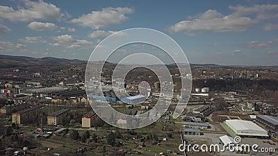 Gorlice, Polonia - 3 9 2019: Regi?n industrial de la ciudad c?rpata Vista superior de la refiner?a y de los edificios auxiliares almacen de video