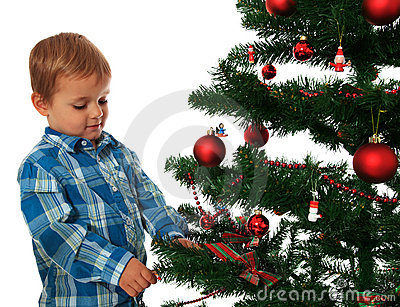 Gosse décorant l arbre de Noël