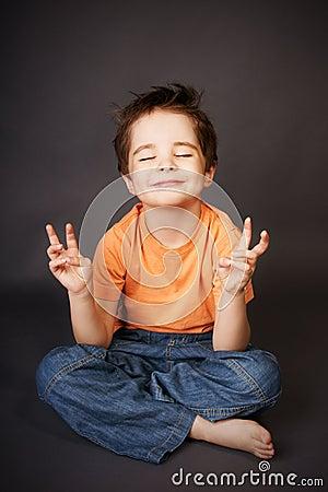 Gosse dans la méditation