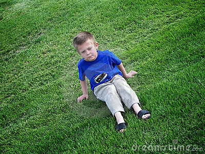 Gosse grincheux dans l herbe