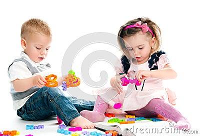 Gosse jouant des jouets