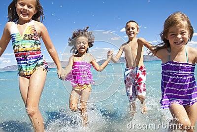 Gosses jouant à la plage