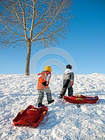 Gosses jouant en hiver