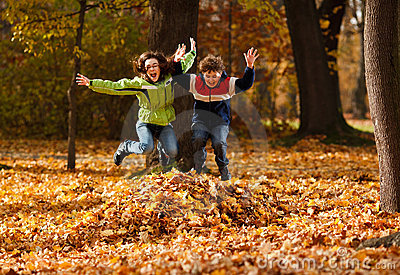 Gosses jouant en stationnement d automne