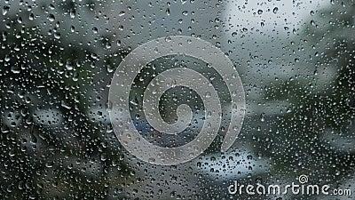 Gotas da chuva no fundo de vidro azul Luzes de Bokeh da rua fora de foco Autumn Abstract Backdrop video estoque