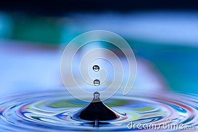 Gotas na água azul