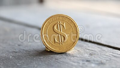 Goud - dollar - munt op een wazige achtergrond stock footage