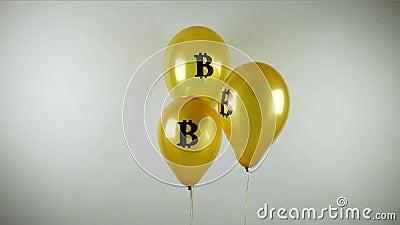 Gouden ballons met bitcoinembleem als symbool van economische bel stock footage