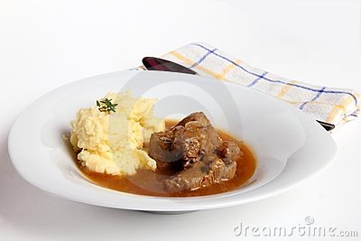 Goulash e batatas trituradas
