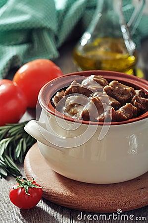 Goulash in un vaso ceramico