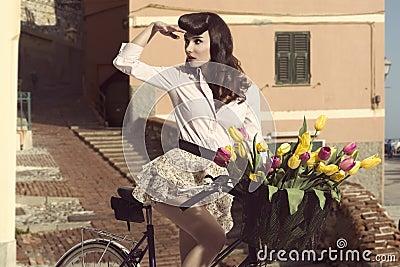 goupille-de-vintage-avec-des-fleurs-sur-le-v%C3%A9lo-dans-la-vieille-ville-31242088