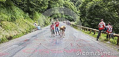 Niños que escriben en el camino Foto de archivo editorial