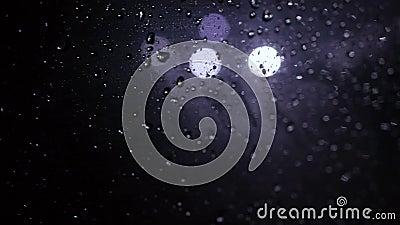 Gouttes de pluie sur la fenêtre, la nuit en dehors de la fenêtre, lumière de clignotement banque de vidéos
