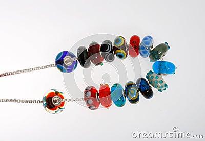 Grânulos de vidro com os pontos na corrente de prata