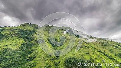 Grönt berg med låg molntid förfaller stock video
