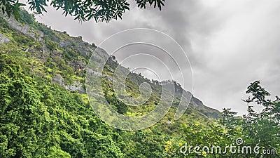 Grönt berg och grumlig himmelsfärd förfaller lager videofilmer