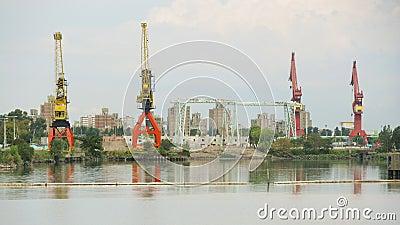 Grúas en puerto industrial Fotografía editorial
