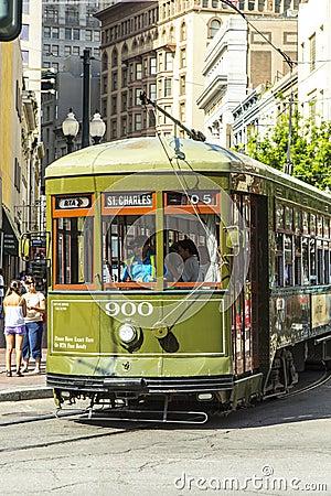 Grüne Laufkatzenstraßenbahn auf Schiene Redaktionelles Bild