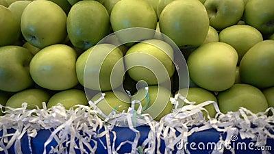 Gr?nes Apple und Nahrung im Basar stock video footage