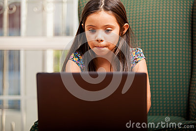 Göra läxa på en bärbar dator
