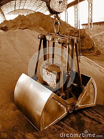 Grab crane loads raw materials