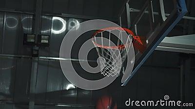 Gracz koszykówki robi trzaska wsadowi podczas gry Jest ubranym unbranded sport odziewa zdjęcie wideo