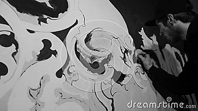 grafiti blanc de peinture d 39 artiste avec le cr ne sur le mur noir clips vid os vid o du. Black Bedroom Furniture Sets. Home Design Ideas