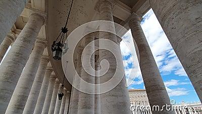 Gran columnata famosa famosa de la basílica de San Pedro en la Ciudad del Vaticano en Italia almacen de metraje de vídeo