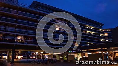 Gran edificio de apartamentos en la ciudad de tilburg, Holanda, 10 de diciembre de 2019 almacen de metraje de vídeo
