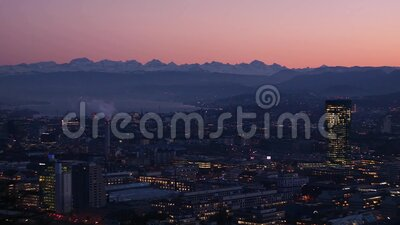 Gran vista de Zurich City Sunset con chimenea y lago de fumadores en el fondo - 3 - 50mm No Sound -mov almacen de video