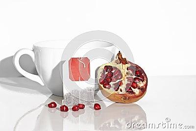 Granada y bolsita de té jugosas