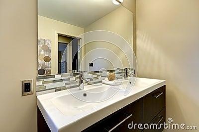 Grand double vier blanc de salle de bains moderne avec le - Grand miroir de salle de bain ...