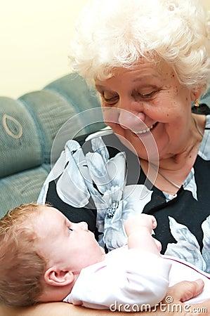 Grand-mère avec le bébé